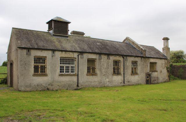 Gebäude mit einem großen Kamin. Es diente als Wäscherei.