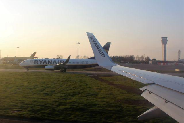 Zwei Flugzeuge in Dublin auf dem Rollfeld, die einander passieren.