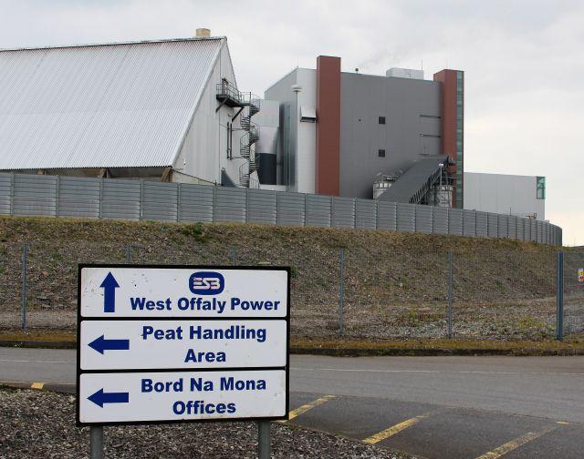 Kraftwerksgebäude und davor Schilder mit 'Peat Handling Area' usw.