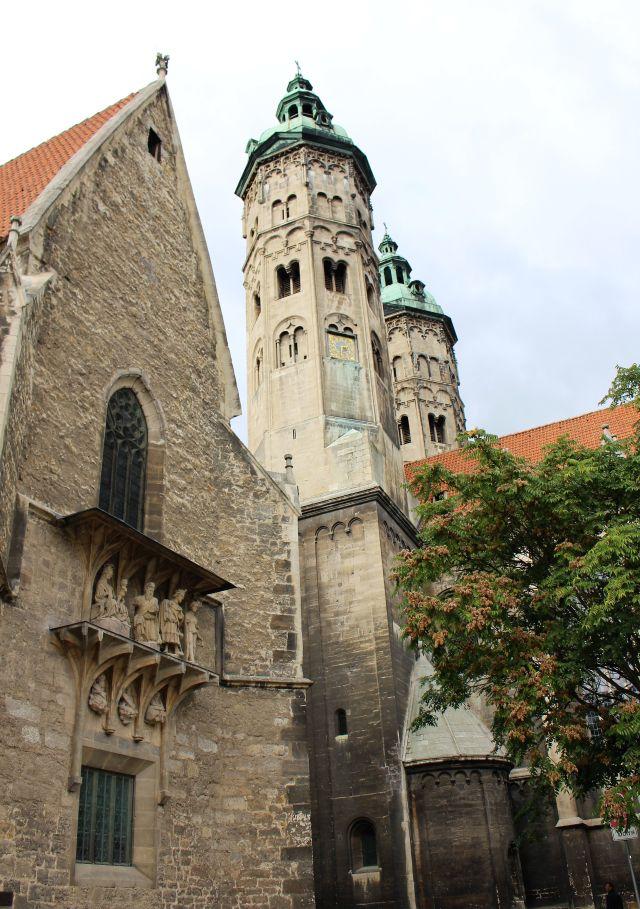 Die beiden Türme des Doms, links ein weiteres Gebäude mit Ornamenten.