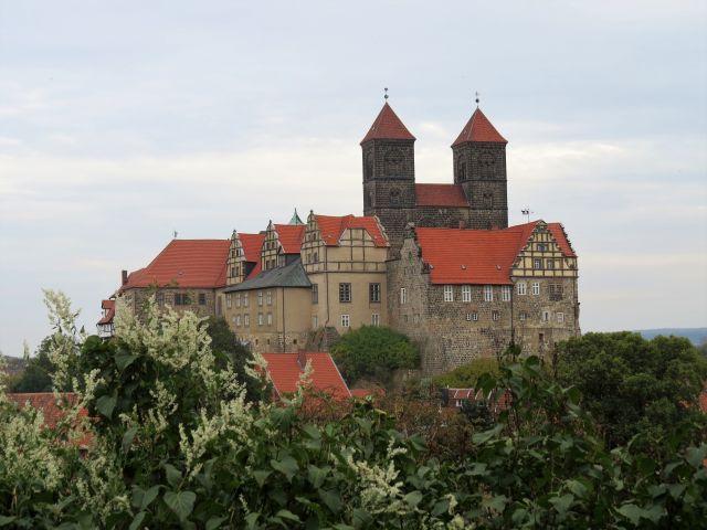 St. Servatius mit zwei Türmen ist rot eingedeckt. Teile des Schlosses sind auch zu sehen.