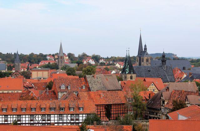 Rote Dachziegel dominieren bei einem Blick auf die Altstadt von Quedlinburg. Erkennbar sind die Fachwerkhäuser.