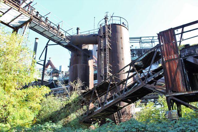 Rostende Fabrikanlagen und grüne Pflanzen.