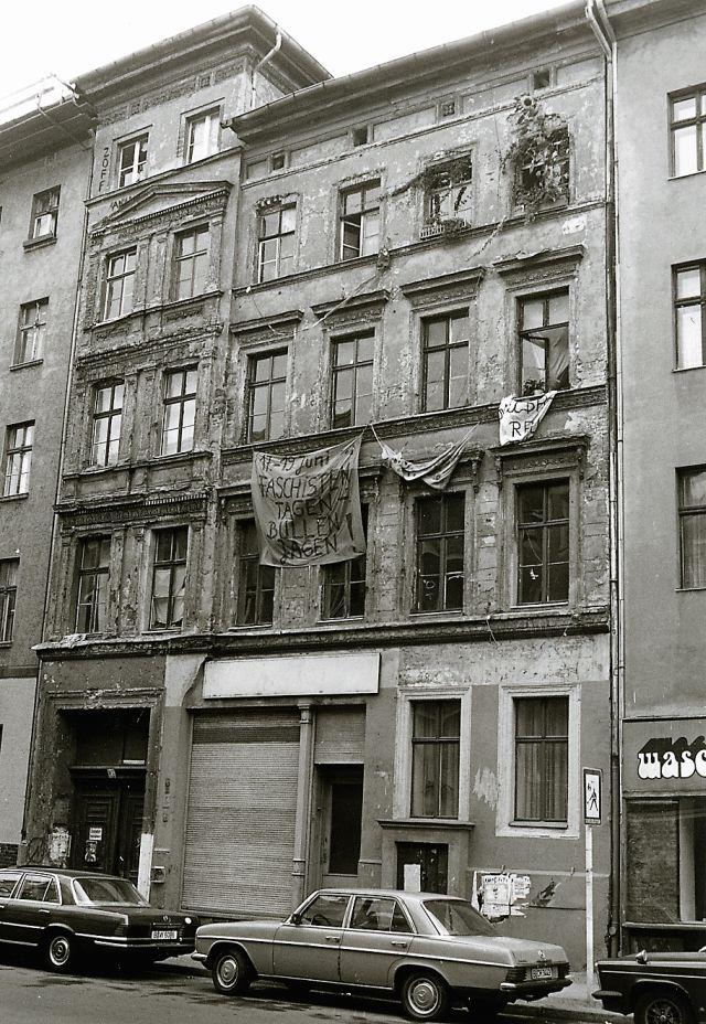 Triste Hausfassade in Berlin während der 1980er Jahre mit politischen Transparenten.