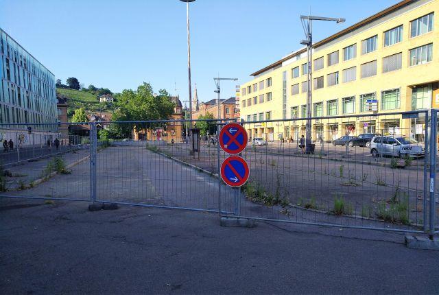"""Der frühere Busbahnhof ist seit fast fünf Jahren eine Ödnis in der Stadt - in: """"Esslinger """"StadtOase"""" – grüner Tupfer in steinernem Umfeld. Symbolpolitik hilft Natur, Umwelt und Klima nicht"""" – www.deutschland-geliebte-bananenrepublik.de"""