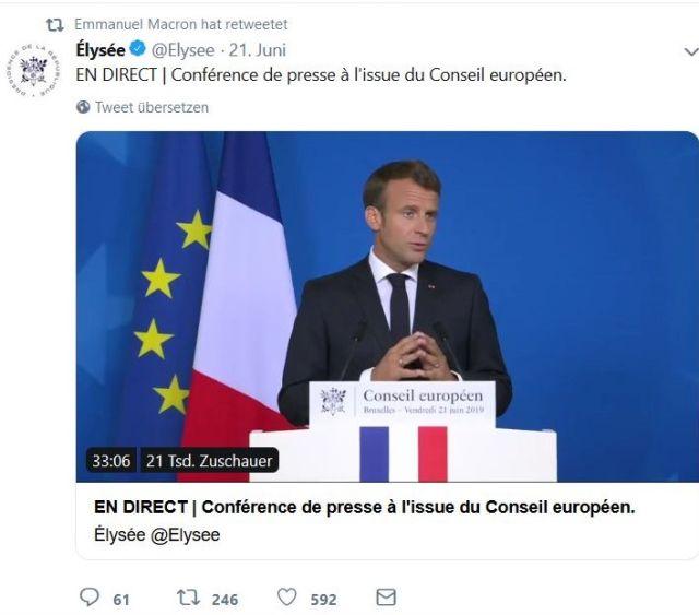 Emmanuel Macron vor der französischen und der europäischen Flagge am Rednerpult.