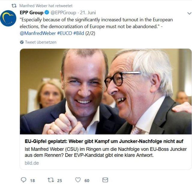 Manfred Weber und Jean-Claude Juncker halten sich im Arm.