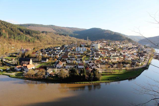 """Die Neckarschleife bei Hirschhorn. in: """"Der Neckar: Vom 'wilden Fluss' zur Wasserstraße. Ein unterschätzter Fluss als Lebens- und Wirtschaftsader"""" – www.deutschland-geliebte-bananenrepublik.de"""