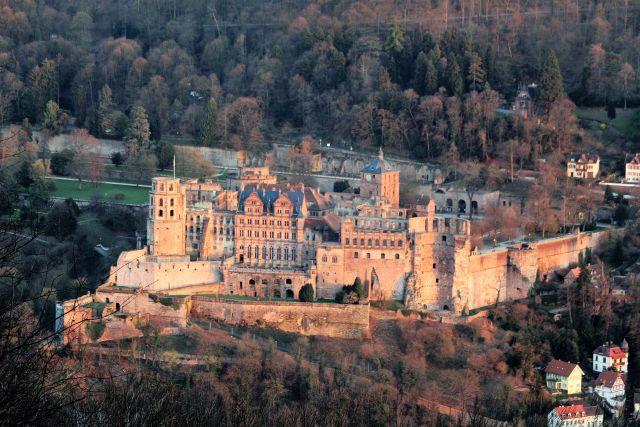 """Das Heidelberger Schloss in der Abendsonne. in: """"Der Neckar: Vom 'wilden Fluss' zur Wasserstraße. Ein unterschätzter Fluss als Lebens- und Wirtschaftsader"""" – www.deutschland-geliebte-bananenrepublik.de"""