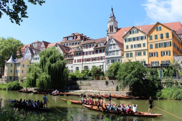 Stocherkahnfahrten auf dem Neckar in Tübingen sind ein Anziehungspunkt für Touristen.
