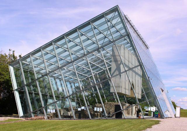 Ein Glasgebäude beherbergt die Überrestedes Limestors, das im unteren Bereich aus Orginalsteinen besteht. Der obere Teil wurde aus Stoff angefügt. Das Gebäude ähnelt einem Quader, der links teilweise in die Erde einsinkt.