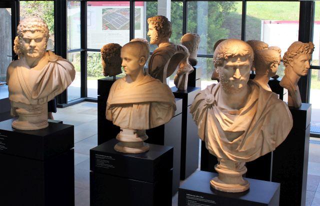 Büsten römischer Kaiser im Limesmuseum in Aalen.