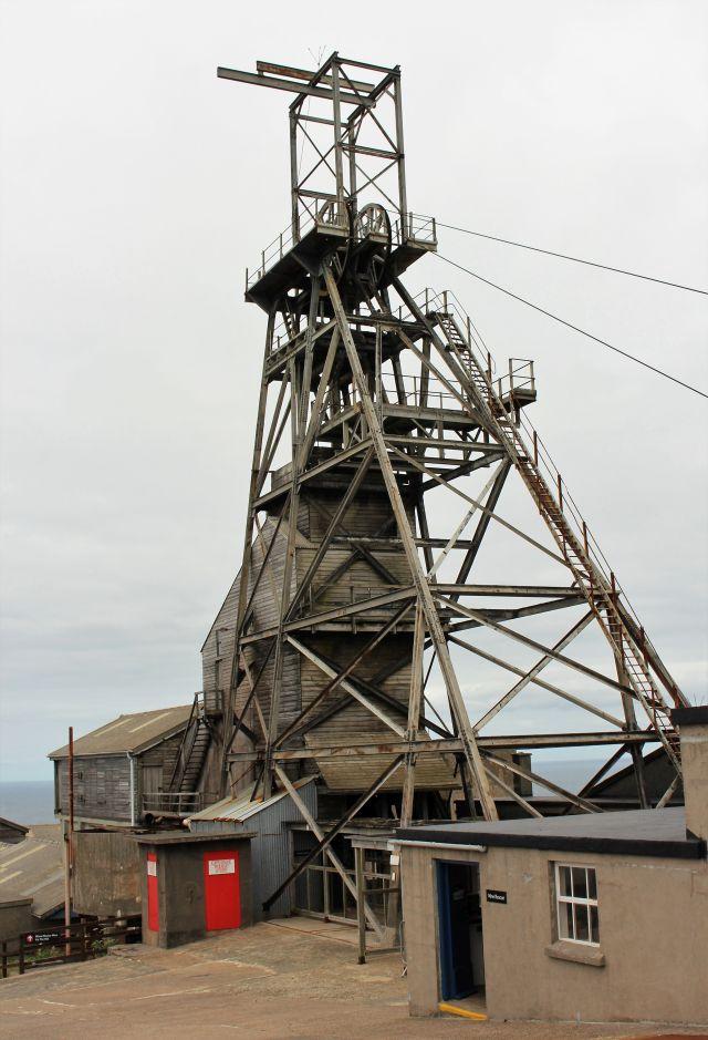 Förderturm einer Zinn- und Kupfermine in Wales.