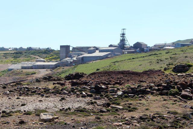Zahlreiche Produktionsgebäude sind bis heute bei der Geevor Mine erhalten geblieben. Sie werden vom Förderturm überragt.