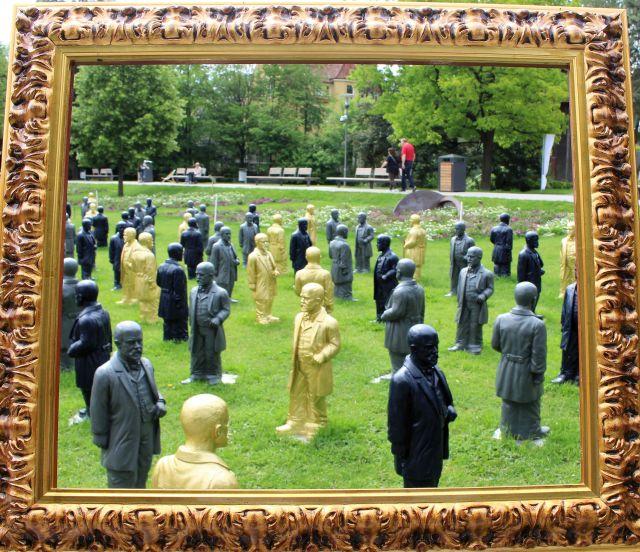 Viele Figuren von Ottmar Hörl in einem Bilderrahmen: Und alle stellen Gottlieb Daimler dar.