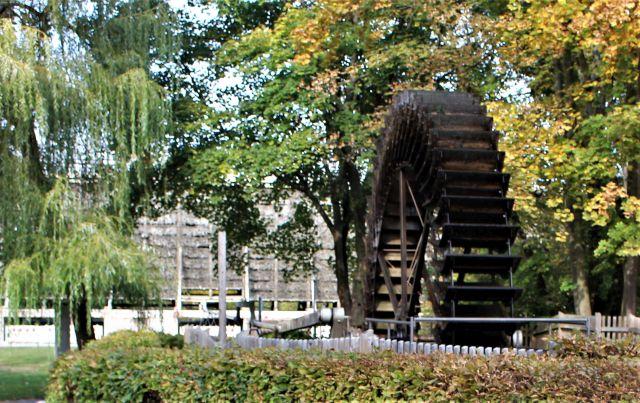 Großes Wasserrad aus Holzteilen zum Hochpumpen der Sole in Bad Kreuznach.