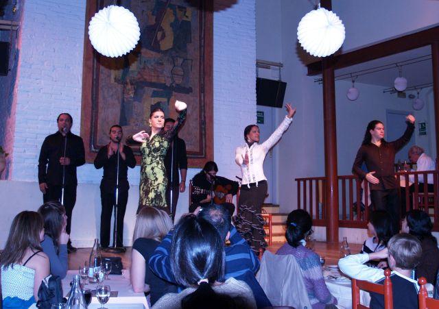 Flamenco-Täzerinnen und Tänzer in Barcelona. Im Vordergrund einige Zuschauer.
