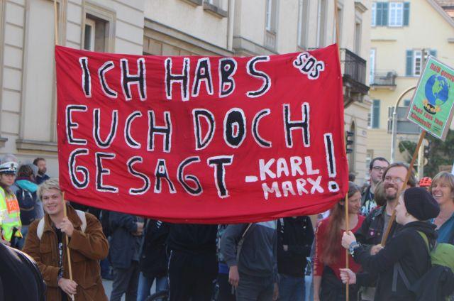 """Rotes Transparent mit dem Text """"Ich habs euch doch gesagt! Karl Marx""""."""