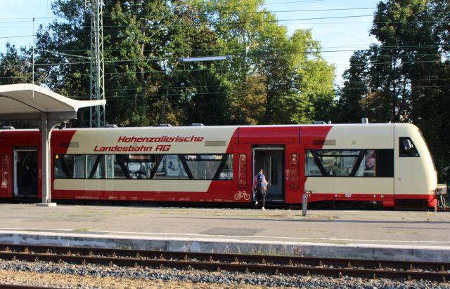 Rot-weißer Nahverkehrszug am Bahnhof in Tübingen.