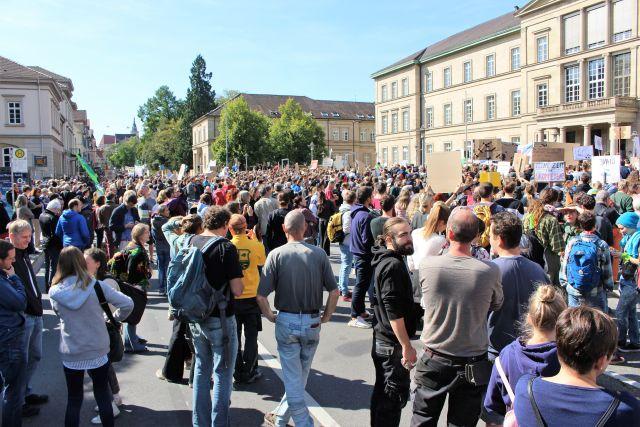 Zahlreiche Demonstranten auf der Wilhelmstraße und auf dem Geschwister-Scholl-Platz in Tübingen.