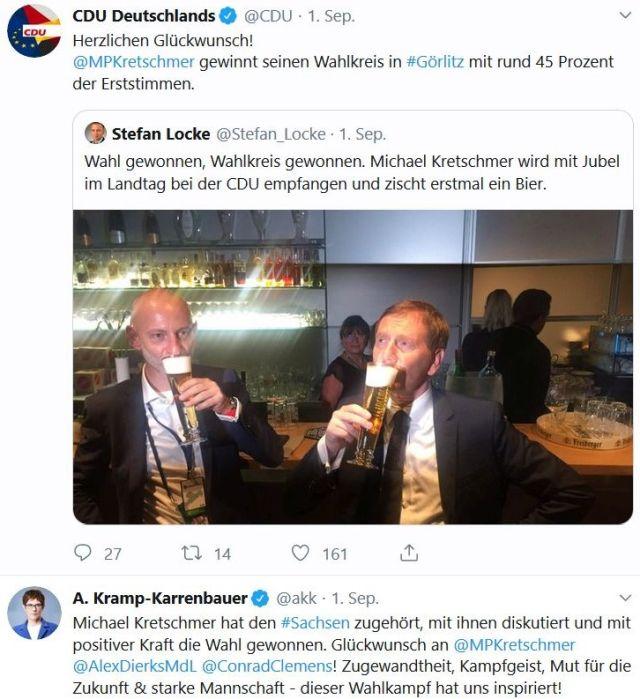 MichaelKretschmer trinkt miteinm Kollegen ein Bier.