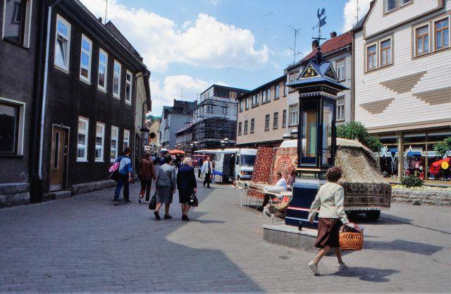 Händler mit Transportern bieten 'Orienttepiche' auf der Straße in ostdeutschen Fußgängerzonen an.