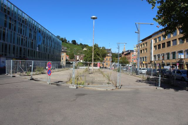 Ein freier Platz in Esslingen umgeben von Bauzäunen. Seit Jahren leerstehend.