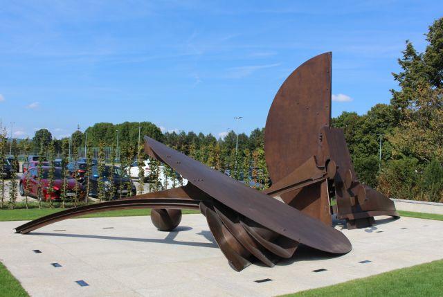 Denkmal aus dunkelbraunem Metall, das an das Schicksal der NS-Zwangsarbeiter erinnert.