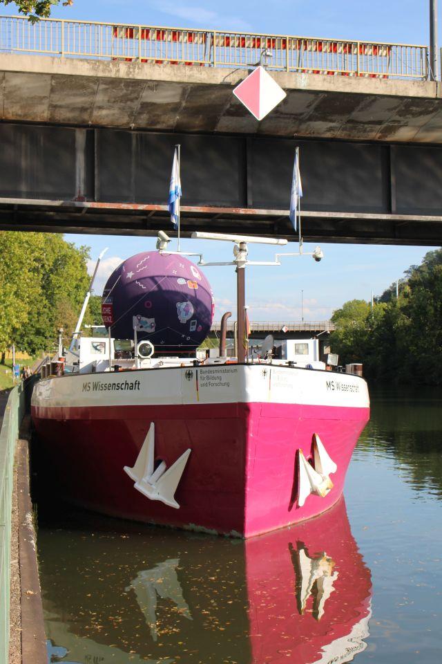 Das Motorschiff Jenny fungiert als Wissenschaftsschiff. Das Schiff ist in rot-weißer Farbe bemalt und trägt die Aufschrift Wissenschaft.