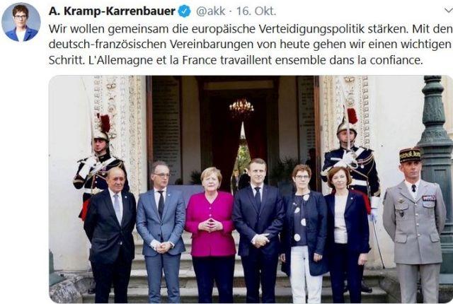 Annegret Kramp-Karrenbauer mit Angela Merkel und Emmanuel Macron sowie weiteren Personen in Paris.