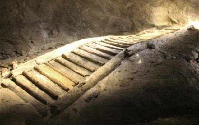 In Brauntönen gehaltene frühere Holzstiege aus der Bronzezeit.