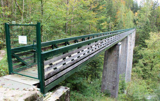 Eine Soleleitung führt über eine Brücke. Die Pfeiler bestehen aus Quadern. Der Übergang ist durch ein grünes Tor versperrt.