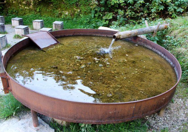 Runde Metallpfanne mit Wasser gefüllt.