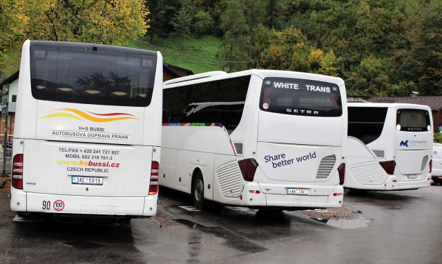 Drei Busse von mittel-osteuropäischen Busunternehmen in Hallstatt. Alle drei sind weiß.