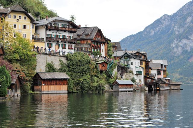Blick auf das malerische Hallstatt. Häuser aus Holz und Stein direkt am gleichnamigen See.