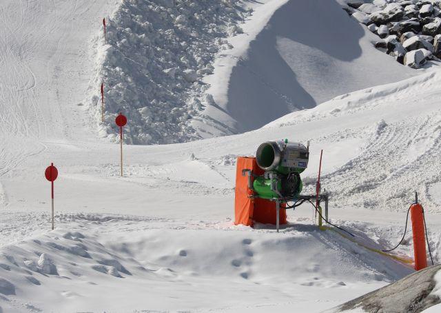 Skikanone wartet auf ihren Einsatz. Die Technik befindet sich in einem orangefarbenen Gehäuse.