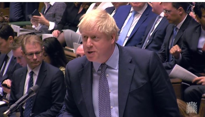 Boris Johnson in Anzug und Krawatte im Unterhaus.