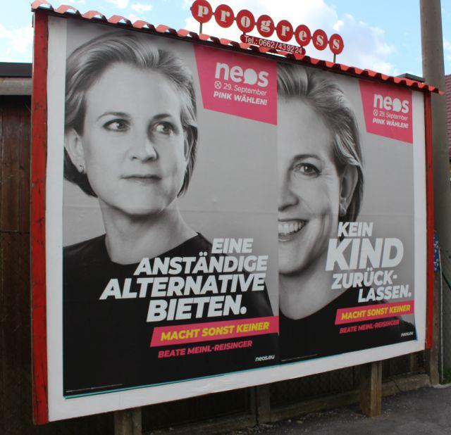 """Beate Meinl-Eisinger auf einem Plakat der NEOS mit dem Text """"Eine anständige Alternative bieten"""" und """"Kein Kind zurücklassen""""."""