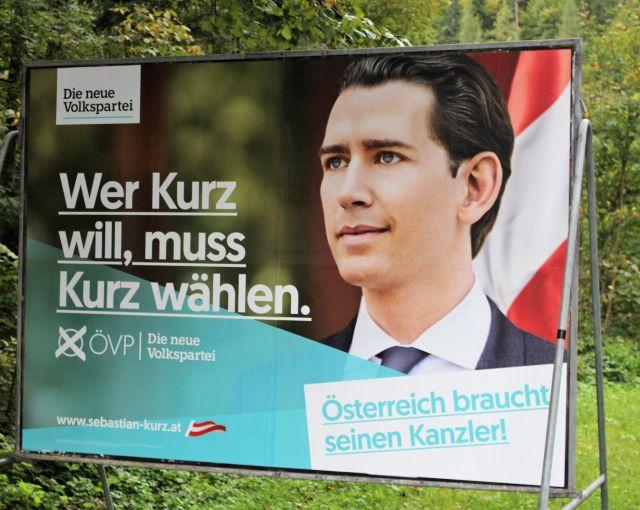 """Sebastian Kurz auf einem Wahlplakat vor grünem Hintergrund. """"Wer Kurz will. muss Kurz wählen"""", so der Text."""