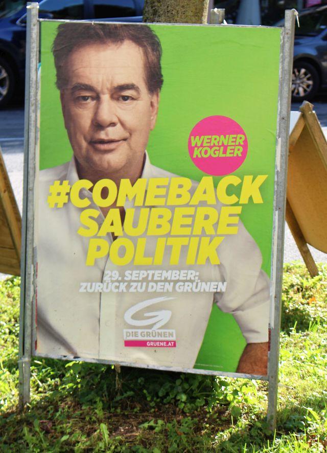 """Werner Kogler im hellen Hemd auf einem grünen Wahlplakat mit dem Text """"#Comeback saunere Politik""""."""