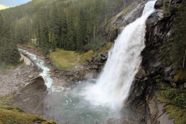 Der untere Teil der Krimmler Wasserfälle. Das Wasser ergießt sich wie in ein großes Becken aus Stein.