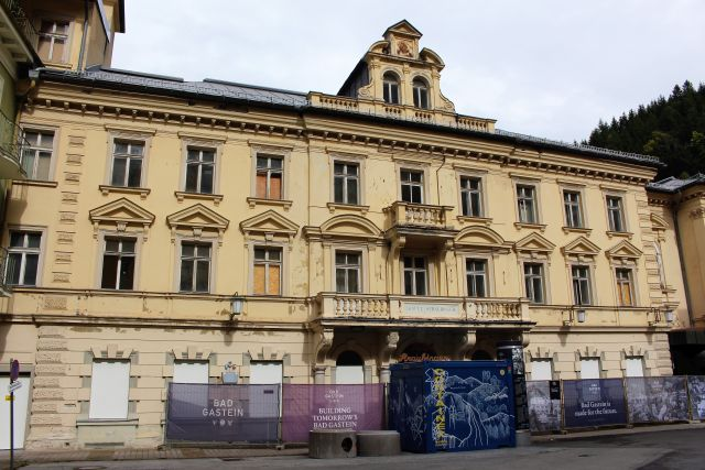 Das Hotel Straubinger ist umgeben von Bauzäunen. Die Fassade zeigt Zerfallserscheinungen.