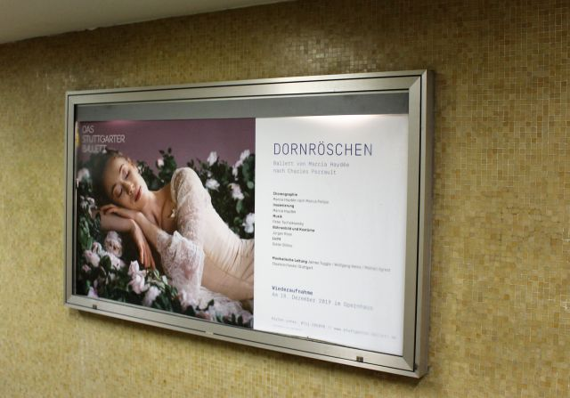 Werbeplakat für das Ballett Dornröschen. Tänzerin schlafend.
