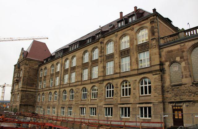 Rückseite des Königin-Katharina-Stifts aus braunem Stein.