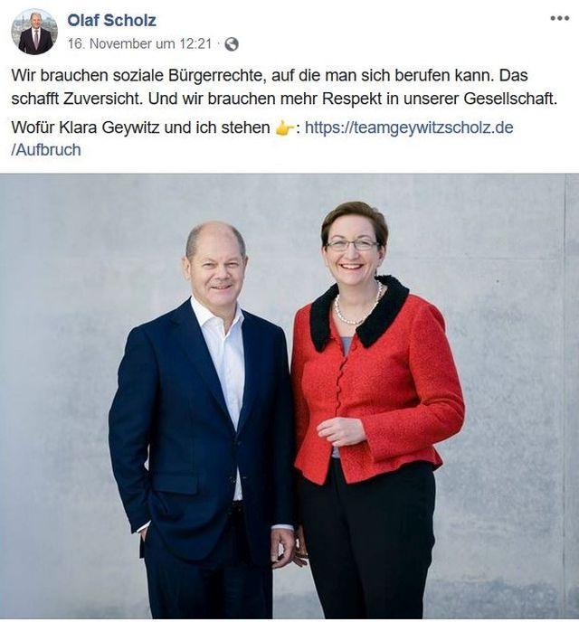 Olaf Scholz in Anzug und ohne Krawatte, daneben mit rotem Oberteil Klra Geywitz.