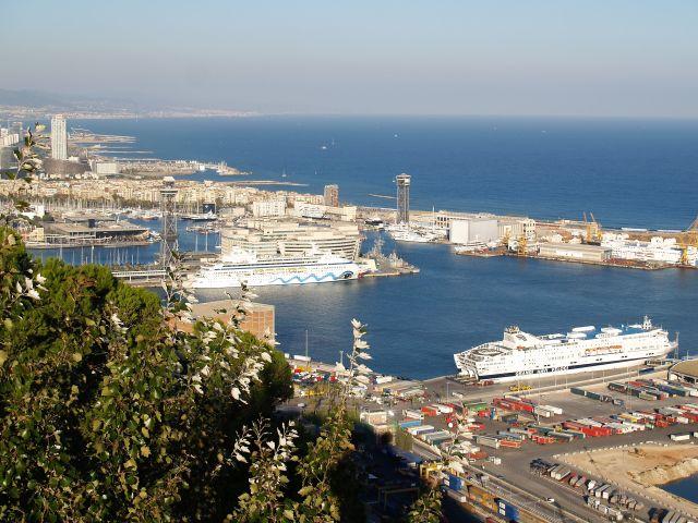 Blick auf den Hafen von Barcelona. Zwei Kreuzfahrtschiffe sind zu sehen. Blaues Meer und blauer Himmel.