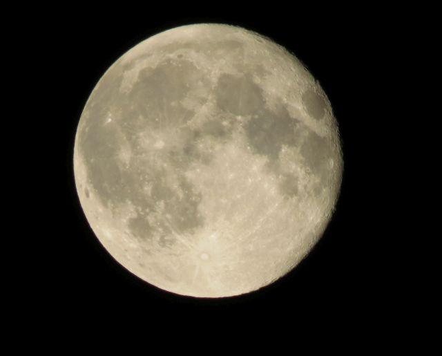 Vollmond vor dunklem Nachthimmel. Erkennbar sind die Mondgebirge.
