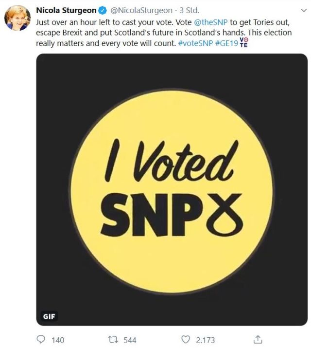 """I voted SNP""-Tweet. Schrift in gelbem Kreis."