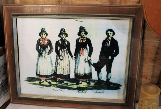 Die Geschwister Strasser in Zillertaler Tracht. Die drei jungen Frauen mit weißen Schürzen und dunklem Kleid.