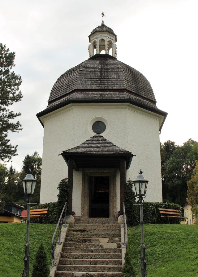 Die Stille-Nacht-Kapelle in Oberndorf. Einige Stufen führen zum Eingang des kleinen Gebäudes.